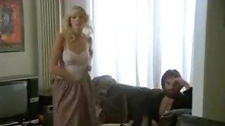 Brigitte, Une Call Damsel Blonde Devient La Muse De Sonnie Mari Richard, Un Reporter Poilu Qui Devait Justement Faire Un Reportage Sur Les Calls Ladie